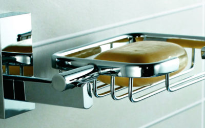 Accesorios de acero en el baño